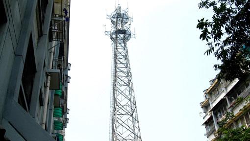安装过手机信号放大器的人应该都知道,现在三个运营商,中国移动,中国联通,中国电信,每家公司都有基站。每个公司的基站方位都可能不一样。在说多环境,安装放大器后,可能出现移动的信号不好,联通的好。或者移动信号好联通信号差,这种环境多数是因为某一运营商的基站信号太强,离安装放大器的位置很近。 在手机信号邻域,中国移动,中国联通,中国电信,各自建设自己的铁塔,各自安装自己的直放站,导致了资源的严重浪费,施工也极不方便,不统一管理造成了干扰更加严重。 铁塔公司对中国移动的影响 虽然铁塔公司中国移动占了40%股份,